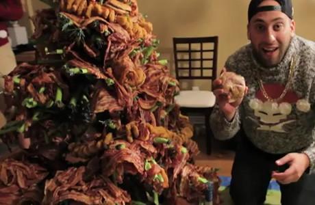 Asa arata un brad de Craciun facut din bacon si produse de fast-food!