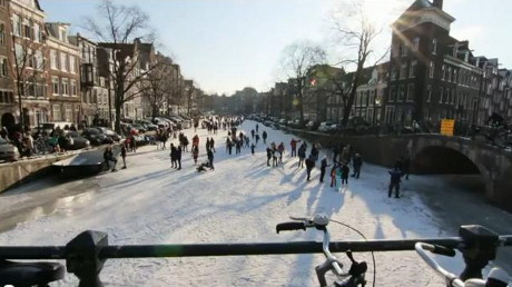 Incredibil! Amsterdam s-a transformat intr-un mare patinoar!