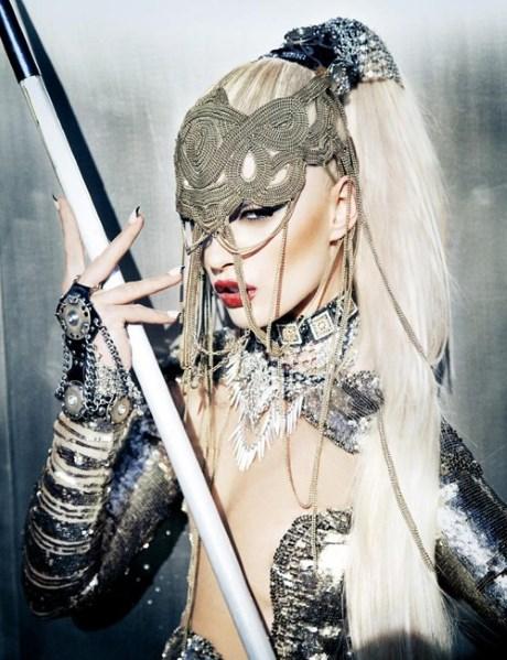 Crystal Renn joaca tare in cel mai nou numar Schön! Magazine!