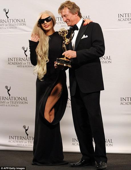 Lady Gaga cu o gaura in rochie