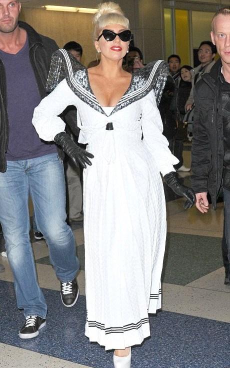 POZE: Lady Gaga este ingerasul de Craciun. Vezi aici outfitul cool al vedetei!