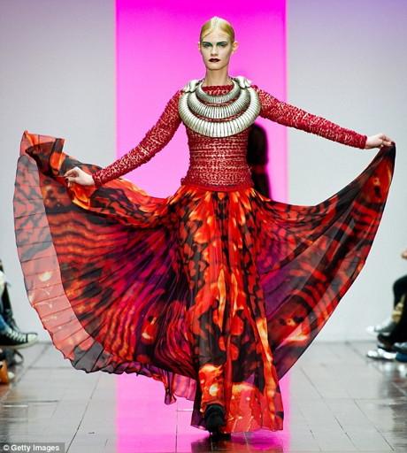 Invazia extraterestrilor! Saptamana modei la Londra da startul celor mai ciudate creatii!