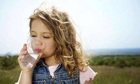 Cum trebuie bauta apa! Vezi aici de ce trebuie sa bei apa calda!