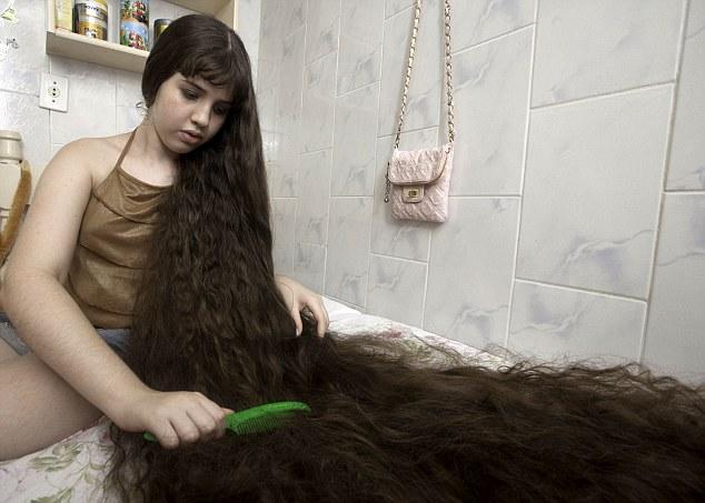 Natasha Moraes de Andrade, fata cu cel mai mare par din lume, SE TUNDE!