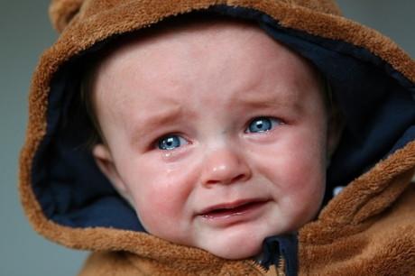 Cum calmezi un copil care plange?